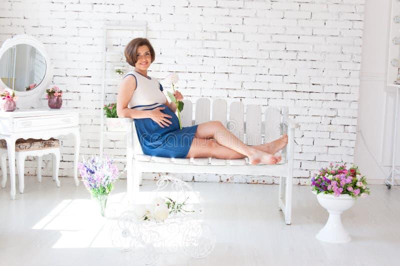 Беременная женщина имеет остатки стоковая фотография