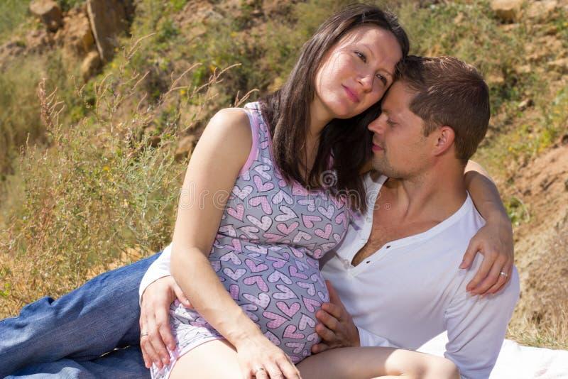 Беременная женщина и ее взгляд супруга на одине другого стоковое фото