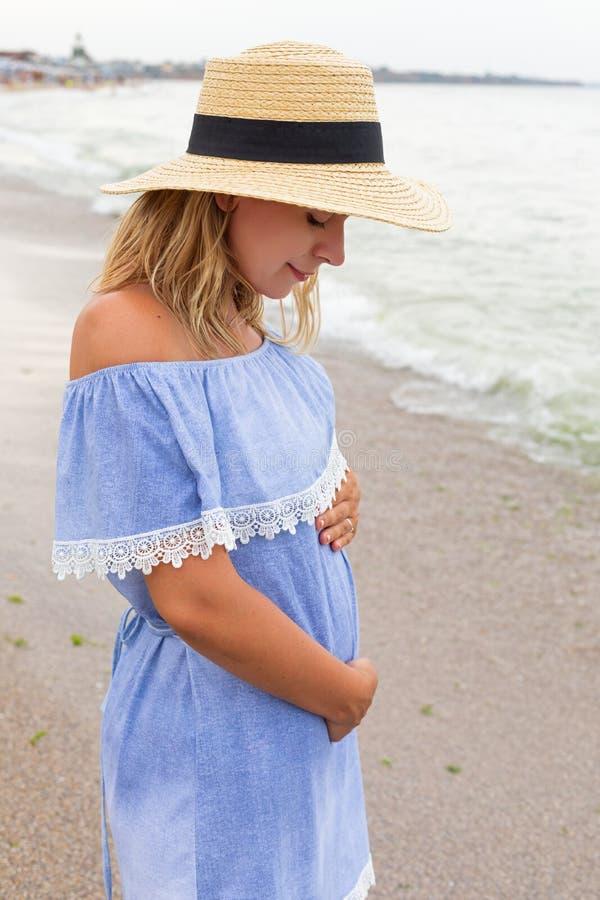 Беременная женщина на взморье стоковое изображение rf