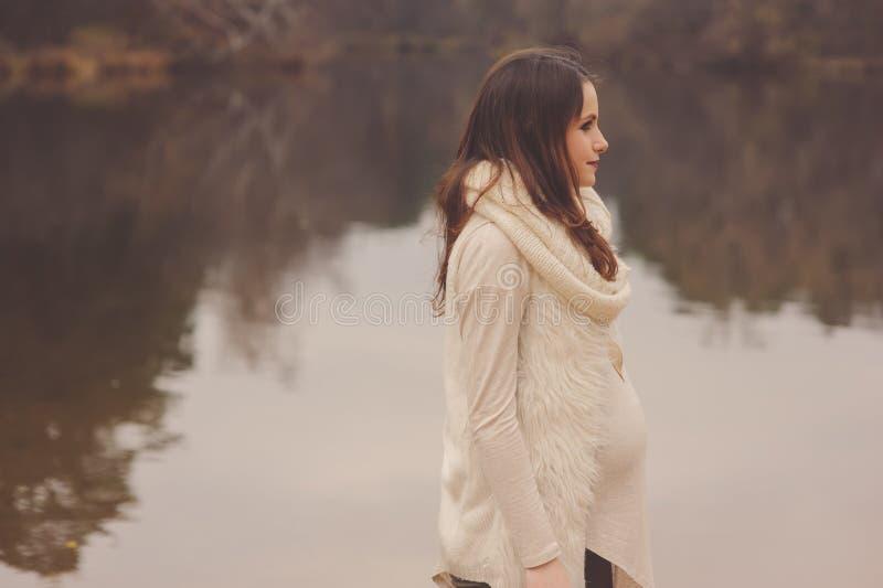 Беременная женщина на внешней прогулке осени, уютном теплом настроении стоковое изображение rf