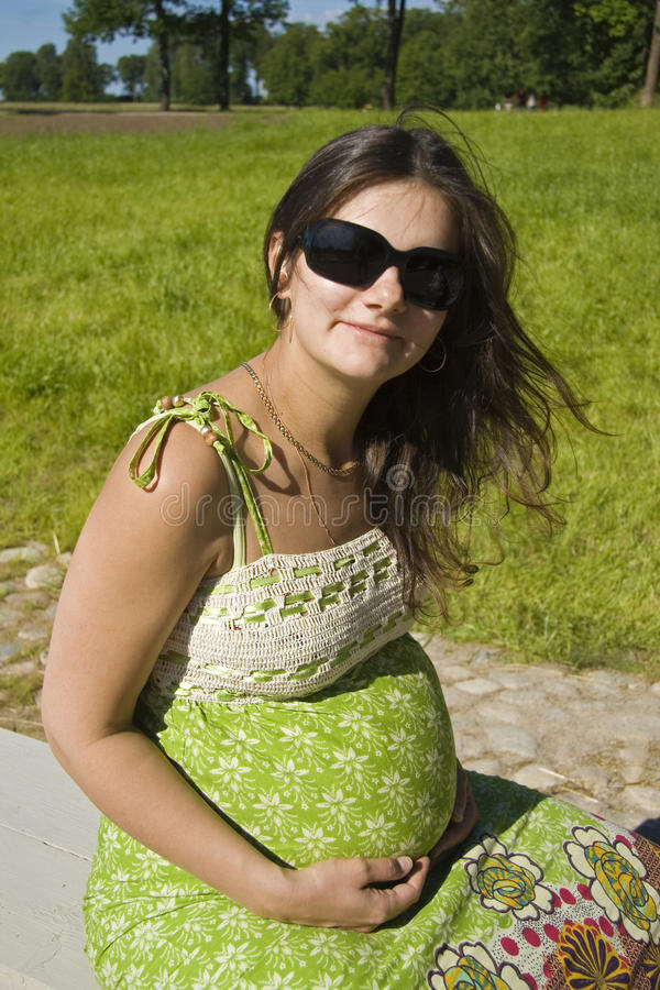 беременная женщина парка стоковые изображения rf