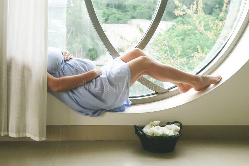 Беременная женщина распологая в комнату стоковые фотографии rf