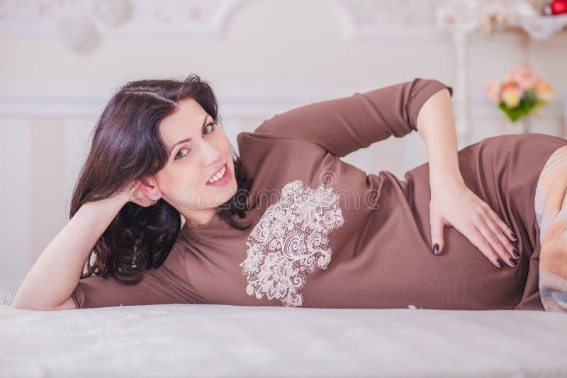 беременная женщина спальни стоковые фотографии rf