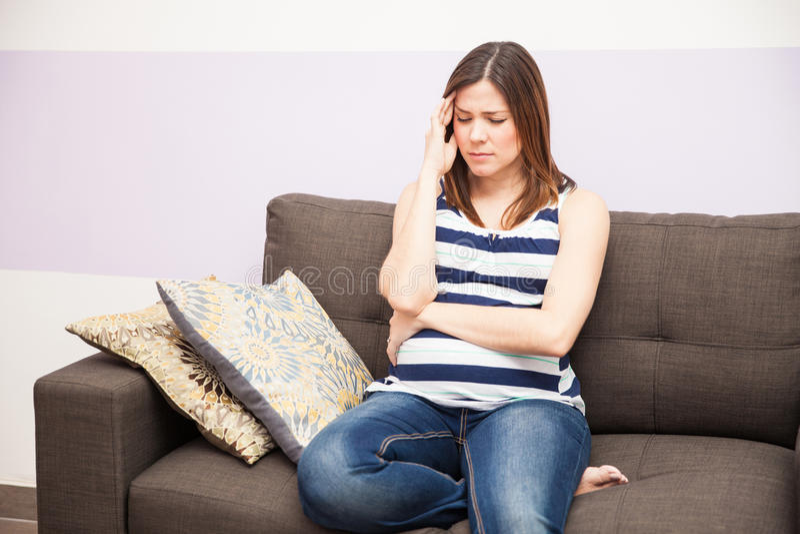 беременная женщина с головной болью стоковое изображение
