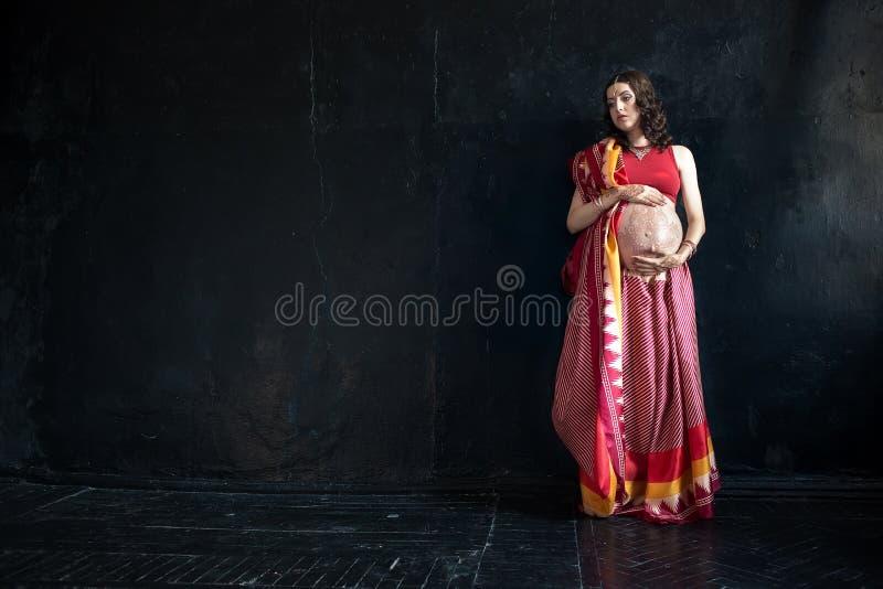Беременная женщина с татуировкой хны стоковое фото rf