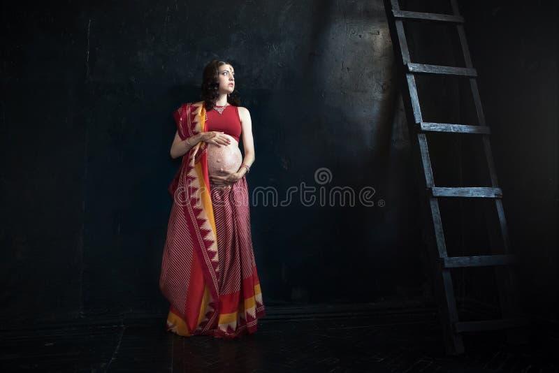 Беременная женщина с татуировкой хны стоковая фотография rf