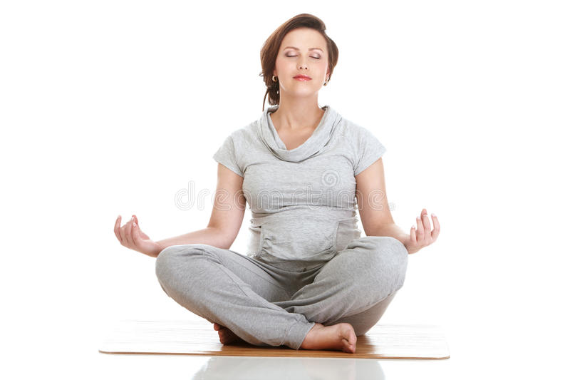 беременная женщина aerobics практикуя стоковое изображение