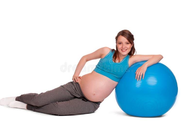 беременная женщина fitball стоковые изображения rf