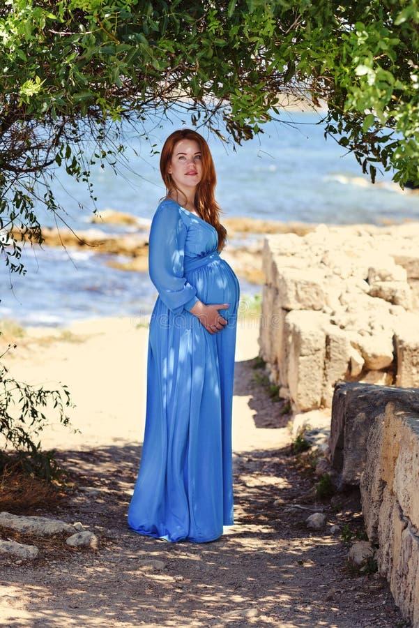Беременная женщина redhead стоковая фотография