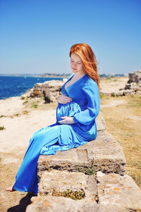 Беременная женщина redhead стоковая фотография rf