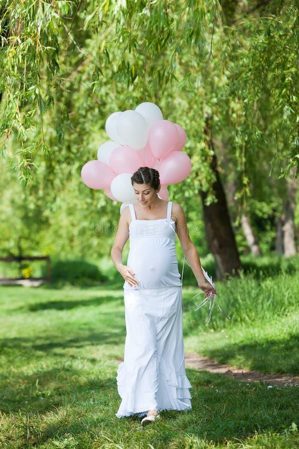 Беременная кавказская женщина стоковое фото rf