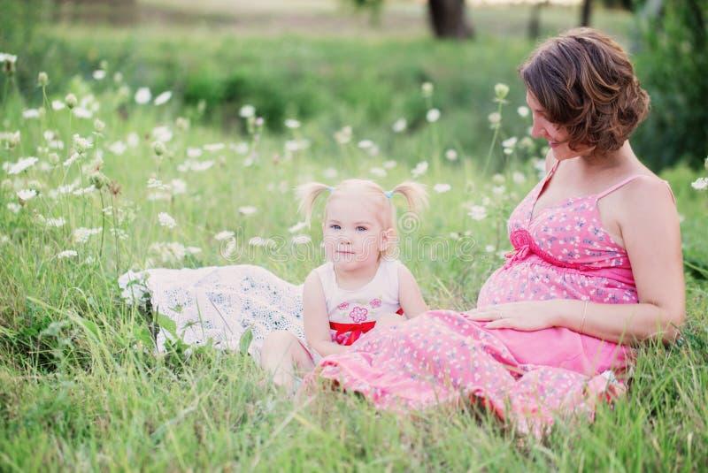 Беременная мать играя с ее дочерью стоковые изображения rf