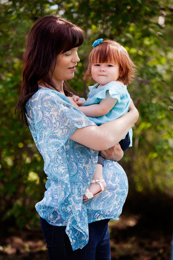 Беременная мать с дочерью стоковое изображение rf