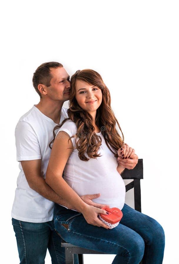 Беременное объятие пар и живот беременной владением стоковые изображения rf