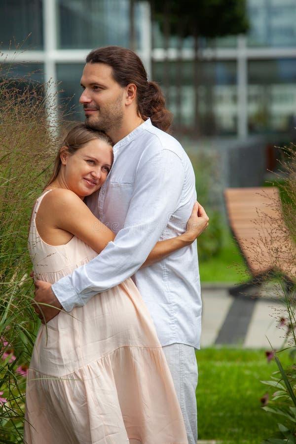 Беременность Молодой мужчина и беременная женщина стоковые изображения