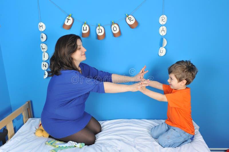 Беременные женщины и мальчик стоковые фотографии rf