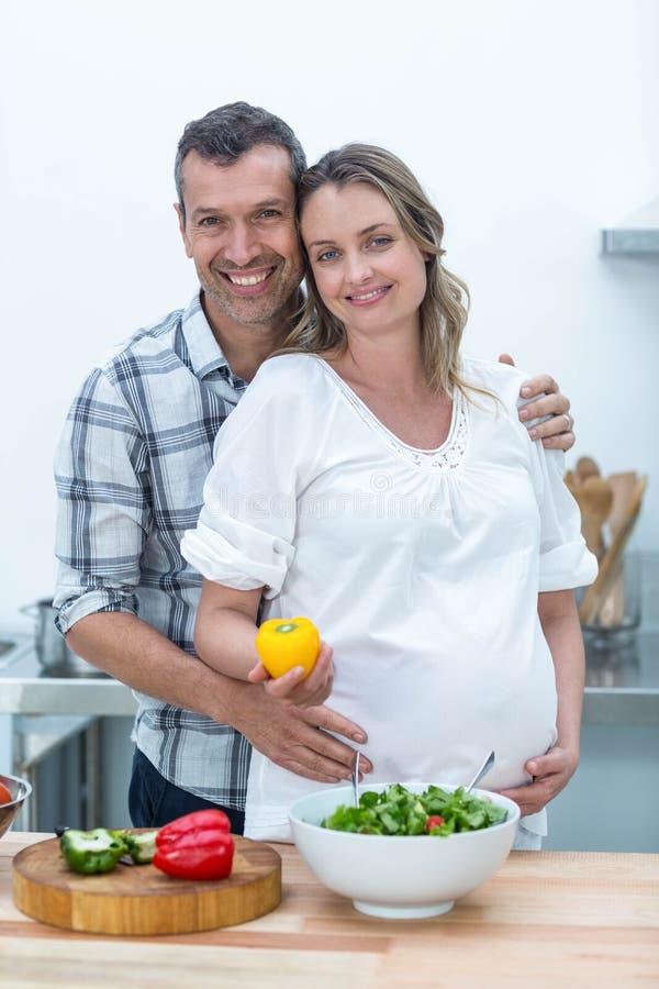 Беременные пары в кухне стоковые изображения rf