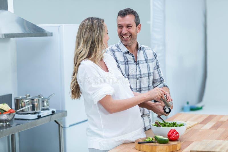 Беременные пары в кухне стоковая фотография rf