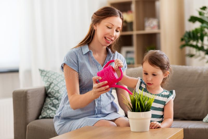 Беременный завод матери и дочери моча домашний стоковое изображение rf