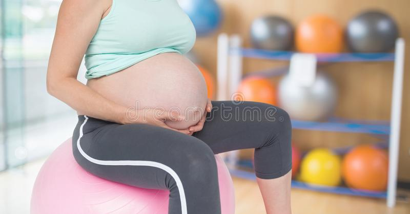 Беременный торс женщины фитнеса делая фитнес работает в спортзале стоковое изображение