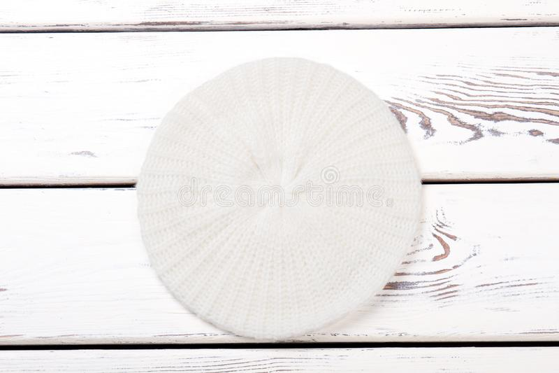 Берет связанный белизной для женщин стоковая фотография