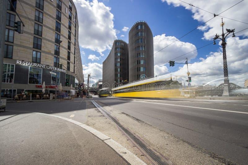 9 9 2018 БЕРЛИН, ГЕРМАНИЯ - взгляд улицы на офисном здании Spreedreieck в городе Берлина стоковые изображения