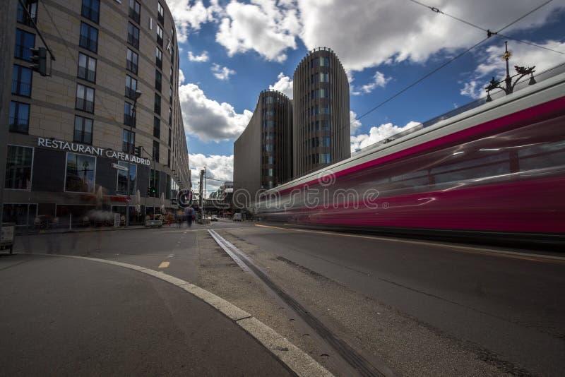 9 9 2018 БЕРЛИН, ГЕРМАНИЯ - взгляд улицы на офисном здании Spreedreieck в городе Берлина стоковая фотография
