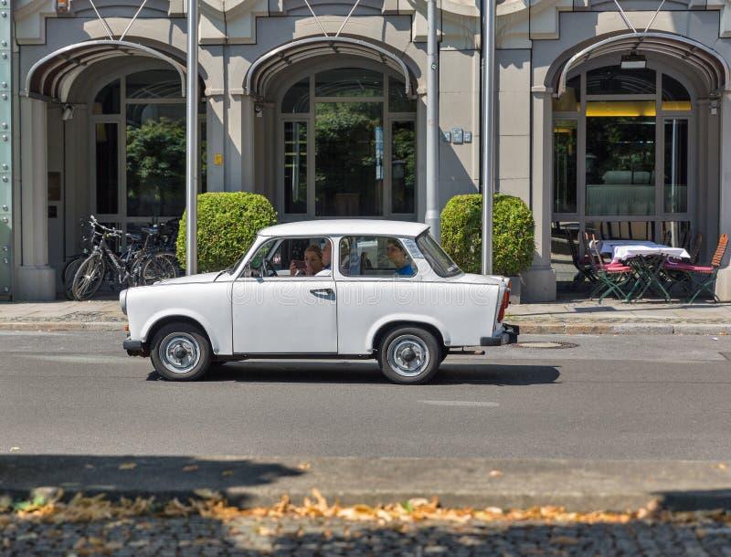 БЕРЛИН, ГЕРМАНИЯ - 14,2018 -ГО ИЮЛЬ: Типичные немецкие езды семьи в Trabant автомобиле на квадрате Gendarmenmarkt Это автомобиль  стоковые изображения