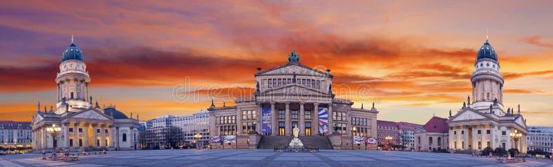 БЕРЛИН, ГЕРМАНИЯ, 13 -ГО ФЕВРАЛЬ -, 2017: Панорама квадрата Gendarmenmarkt на сумраке стоковая фотография