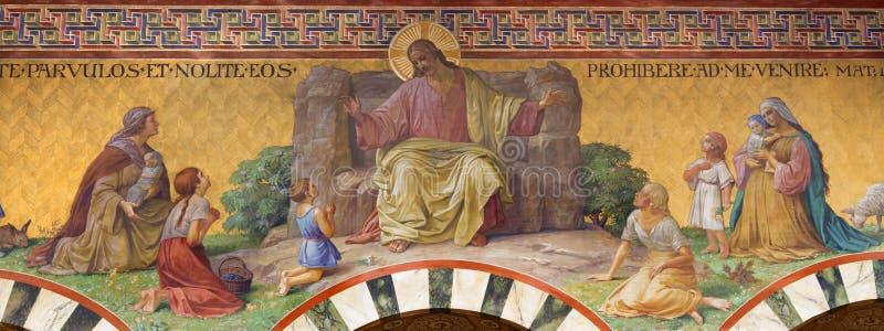 БЕРЛИН, ГЕРМАНИЯ, 14 -ГО ФЕВРАЛЬ -, 2017: Фреска Иисуса Христоса среди детей в церков Herz Иисуса стоковое фото