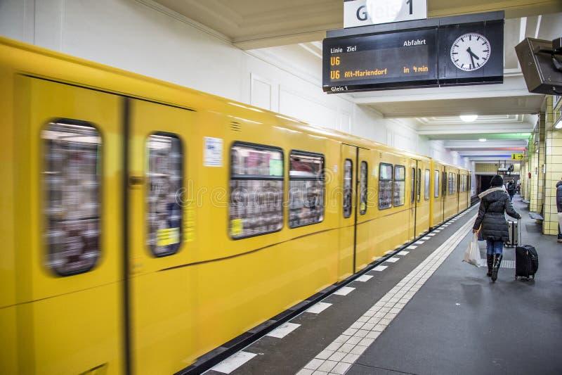 Берлин Германия желтое U-bahn на станции метро Friedrichstrasse стоковые изображения rf