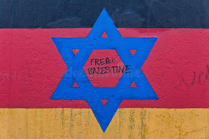 БЕРЛИН, ГЕРМАНИЯ - ИЮЛЬ 2015: Граффити Берлинской стены увиденные 2-ого июля стоковое изображение