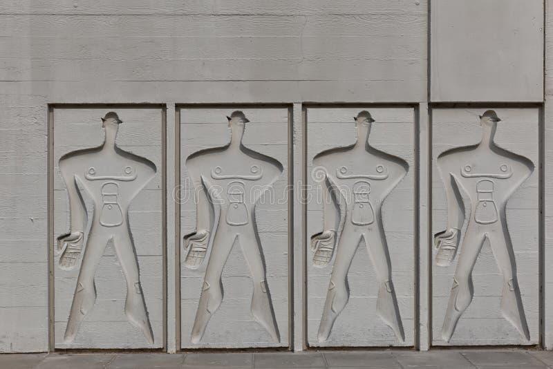БЕРЛИН, ГЕРМАНИЯ - ИЮЛЬ 2014: Модульный человек на бортовой стене c стоковая фотография rf