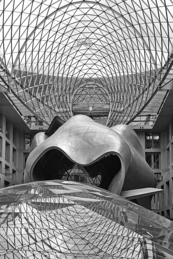 БЕРЛИН, ГЕРМАНИЯ - ИЮЛЬ 2015: Предсердие здания банка DZ в b стоковая фотография