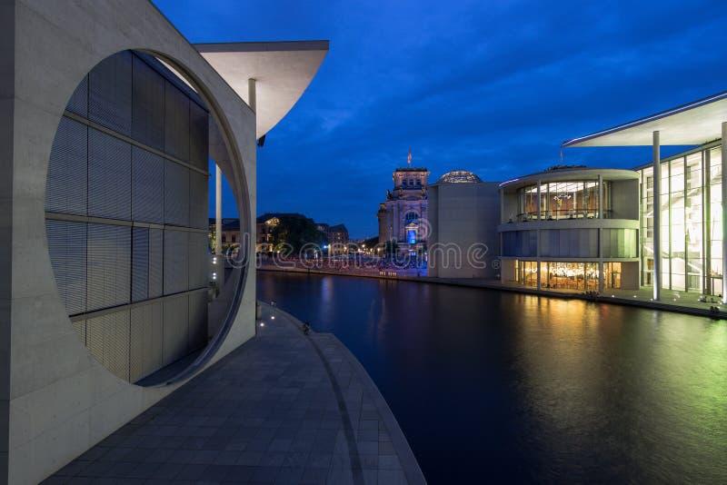 7 8 2018 БЕРЛИН, ГЕРМАНИЯ - Берлин, Германия - Мари-Elisabeth-Lueders-Haus в районе правительства Берлина с неопознанным стоковое изображение