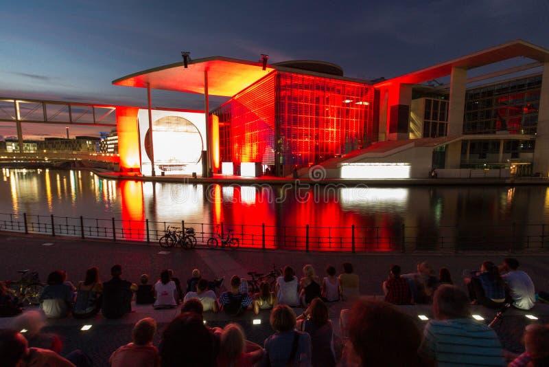 7 8 2018 БЕРЛИН, ГЕРМАНИЯ - Берлин, Германия - Мари-Elisabeth-Lueders-Haus в районе правительства Берлина с неопознанным стоковые изображения