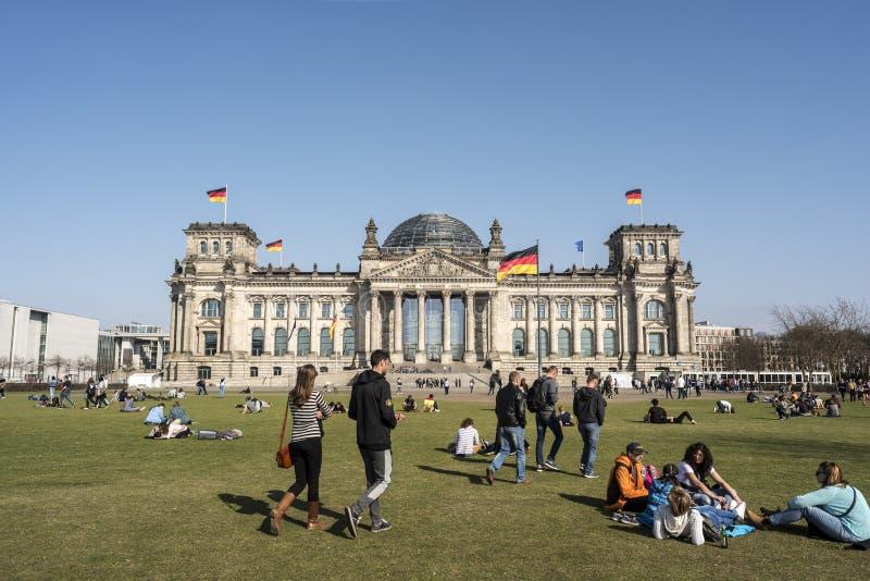 БЕРЛИН, ГЕРМАНИЯ, 8-ОЕ АПРЕЛЯ 2018: Фасад здания Reichstag в Берлине, много неопознанных посетителей и туристах стоковое фото rf