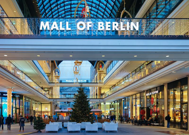 Берлин, Германия - 12-ое декабря 2017: Торговый центр Берлина с украшением рождества и светов в Берлине, Германии розница стоковое фото