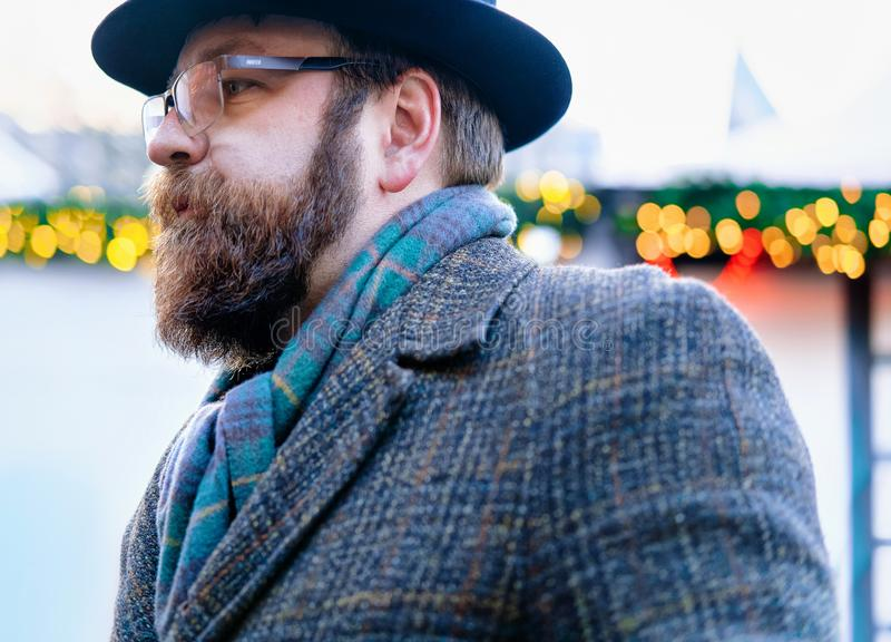 Берлин, Германия - 8-ое декабря 2017: Человек с бородой и усик на зиме Берлине стойлов рождественской ярмарки на рождественской я стоковые фотографии rf