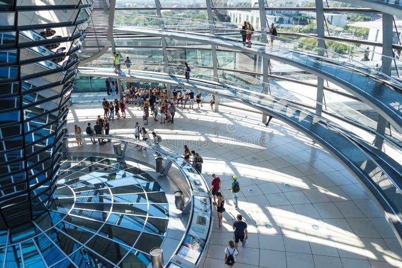 БЕРЛИН, ГЕРМАНИЯ - 7-ОЕ ИЮЛЯ 2018: стеклянный купол Reichstag, стоковые фотографии rf