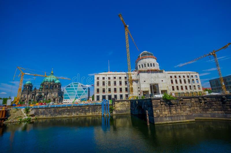 БЕРЛИН, ГЕРМАНИЯ - 6-ОЕ ИЮНЯ 2015: Реконструкция дворца города Берлина на дне острова музея, за известной стоковая фотография