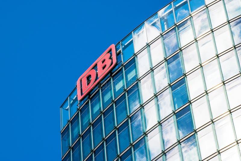 БЕРЛИН, ГЕРМАНИЯ - 22-ОЕ ИЮНЯ 2016: Штабы Deutsche Bahn стоковая фотография rf