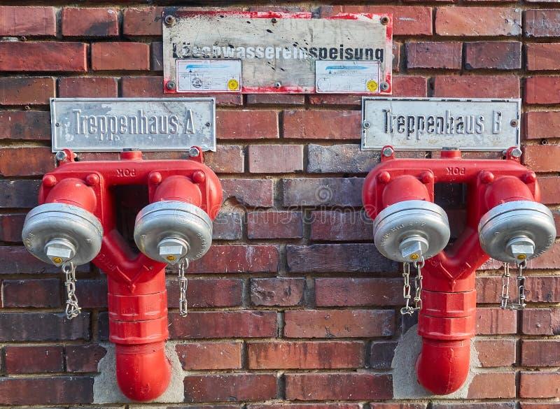 Берлин, Германия - 29-ое ноября 2018: красный двойник водообильный на кирпичной стене стоковая фотография