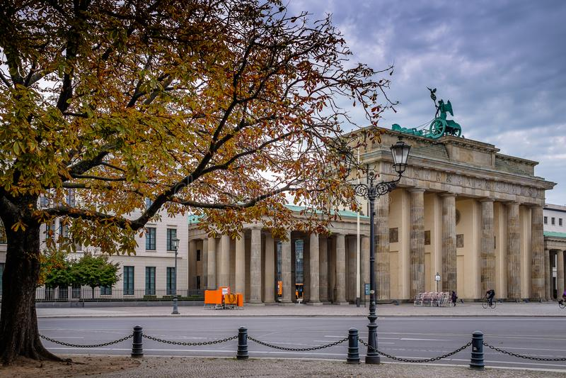 БЕРЛИН, ГЕРМАНИЯ - 22-ОЕ СЕНТЯБРЯ 2015: Известная скалистая вершина Brandenburger стоковое фото