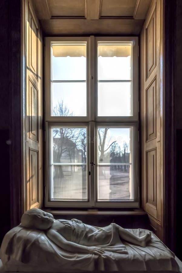 Берлин Германия 9-ое февраля 2018 Schloss Charlottenburg сфотографированный внутри замка Взгляд мраморной белой статуи малыша стоковое фото