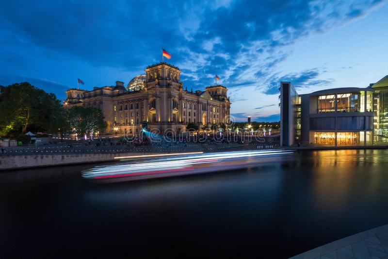 7 9 2017 БЕРЛИН, ГЕРМАНИЯ: Панорамный вид известного здания Reichstag, места немецкого парламента (Deutscher Германского Бундеста стоковое фото