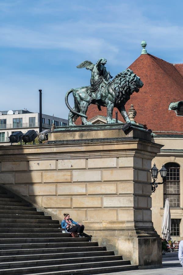 Берлин, Германия - 23-ье сентября 2018: Статуя ангела ехать лев перед Konzerthaus в Берлине с девушкой стоковая фотография