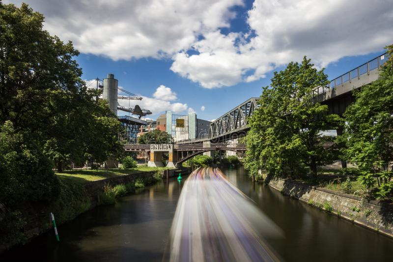 5 6 2018: БЕРЛИН, ГЕРМАНИЯ Kreuzberg одна из самых знаменитых областей Берлина Канал Landwehr 10 длинный канал 7-kilometre стоковые изображения
