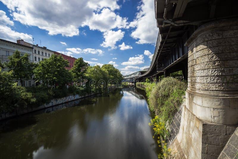 5 6 2018: БЕРЛИН, ГЕРМАНИЯ Kreuzberg одна из самых знаменитых областей Берлина Канал Landwehr 10 длинный канал 7-kilometre стоковое изображение rf