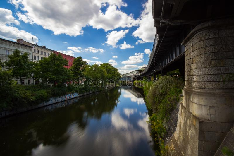5 6 2018: БЕРЛИН, ГЕРМАНИЯ Kreuzberg одна из самых знаменитых областей Берлина Канал Landwehr 10 длинный канал 7-kilometre стоковые изображения rf